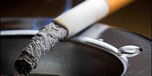 muži dávať fajčenie